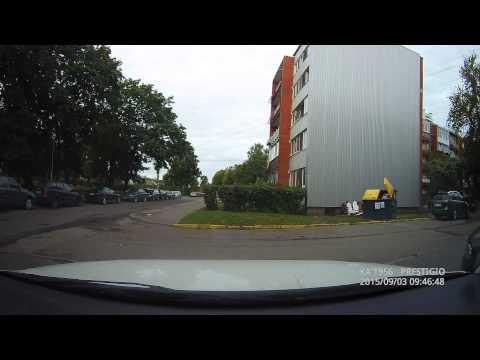 Бородатое чмо спускает колеса припаркованным автомобилям.