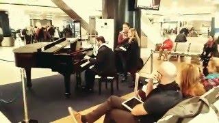 Spontaniczny występ Polaka na lotnisku w Rzymie.