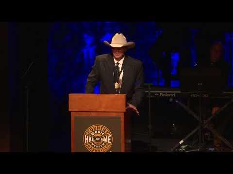 Alan Jackson Accepts Medallion