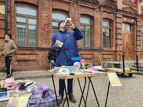 Ёшкин-Матрёшкин показывает навыки продавца.