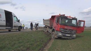 LKW mit Schüttgut droht umzustürzen in Bornheim-Brenig am 30.03.16