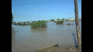 Barco de canisso nas cheias de chokwe