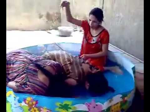 بنات في المسبح