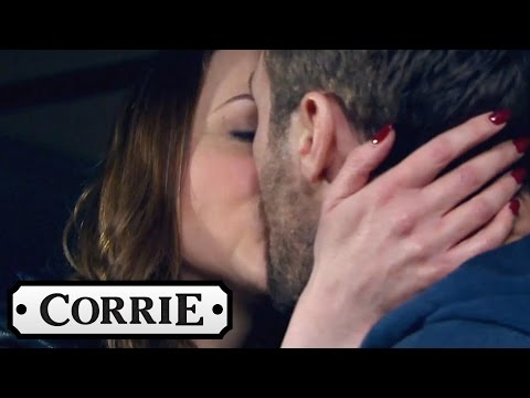 Tracy and Rob Rekindle Their Romance and Kiss - Coronation Street