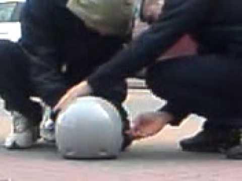 tk-gas petardo dentro de un casco de moto haber que pasa xD