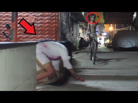 مقلب المرأة الجنية ترعب الناس في الشارع - Ghost Girl Prank in India