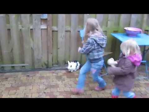 Ilse en eline vangen een konijn!