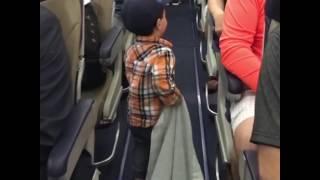 NO COMMENT  Ընկերասեր փոքրիկը ինքնաթիռի ուղևորներին մեկ առ մեկ բարևել է