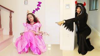 Valentina finge Brincar de ser princesa e engana bruxa
