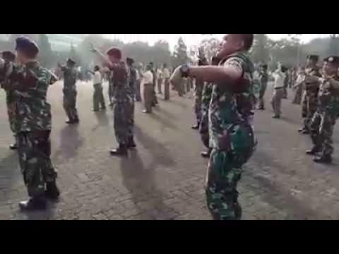 Гей видео с австралийскими офицерами и солдатами