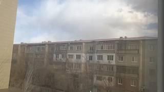 видео В Нижнекамске на легковой автомобиль упал снег с крыши торгового центра