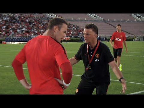 So geht's! Louis van Gaal erklärt Wayne Rooney das Toreschießen | Manchester United