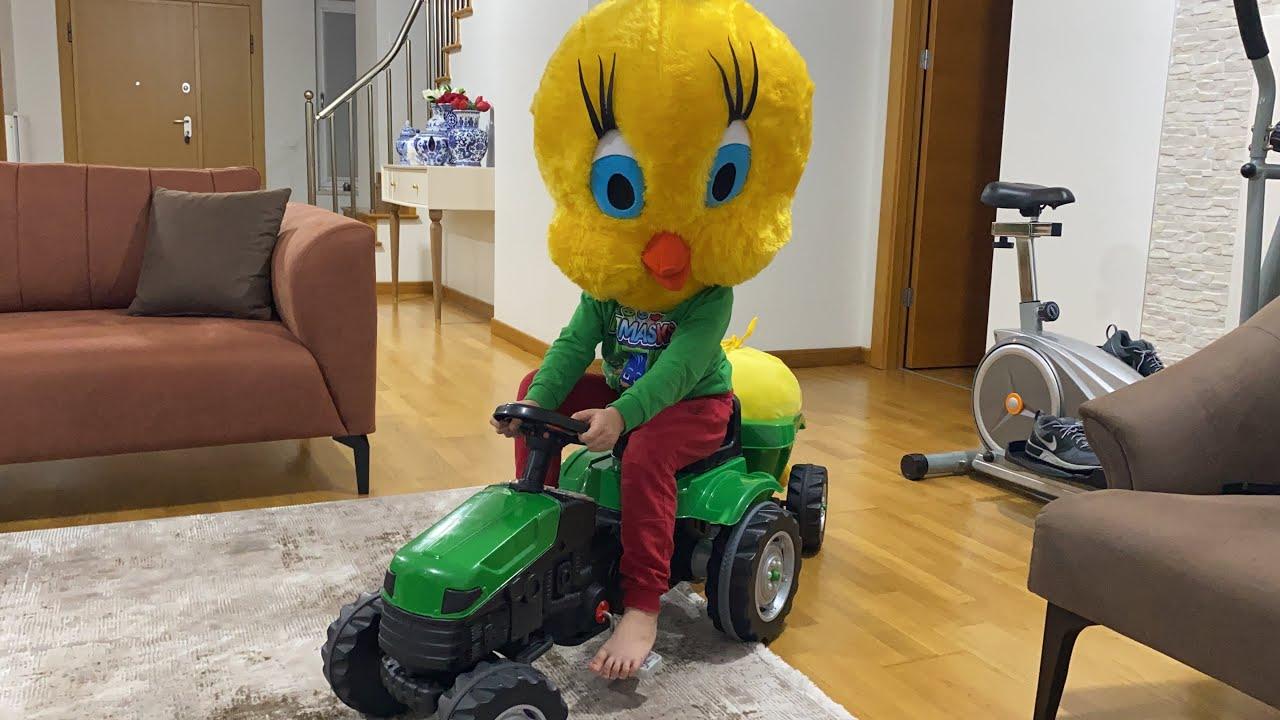Download Fatih Selim twetty kostümü giydi,traktörü ile civcivi gezdiriyor.