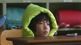ある出来事をきっかけに防災頭巾を常に持つようになった少年の成長を、...