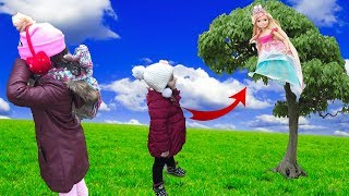 ORMANDA BARBİE İLE SAKLAMBAÇ OYNADIK! BARBİE AĞAÇTAN DÜŞTÜ ÇOK GÜLDÜK!  Hide and Seek Barbie Dolls