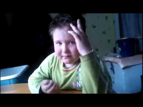 Мальчик учит стихотворение про ласточку