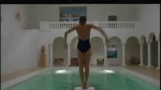 la burguesa opulente mujer millonaria se ahoga en la  picina de su propia  mancion thumbnail