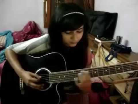 cewek cantik main gitar akustik sambiL nyanyi, merdu banget