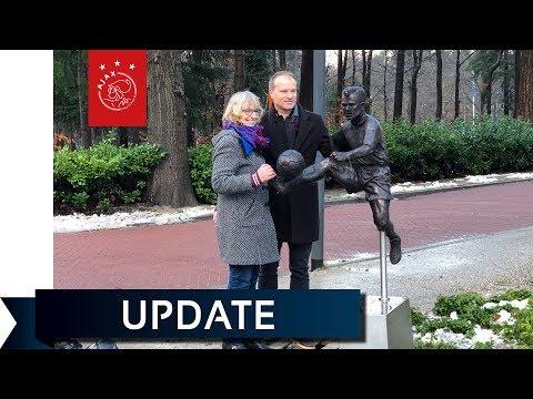 Trotse Bergkamp onthult standbeeld bij KNVB