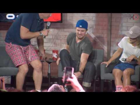 NerdHQ 2016: John Barrowman Crashes the Panel Stephen Amell and Friends Conversation Highlight