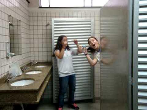 maia , vaan , vick k. , evy , lá p. e pigblue no banheiro