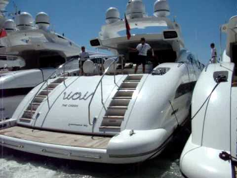 Cote d'Azur: Mooring the yacht WOW in St. Tropez harbour