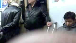 девушка жжет в метро