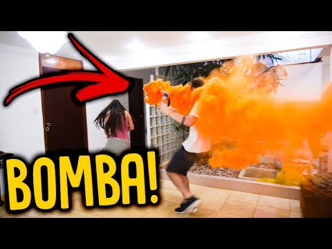 JOGUEI UMA BOMBA DE FUMAÇA DENTRO DA MINHA CASA !!! [ REZENDE EVIL ]
