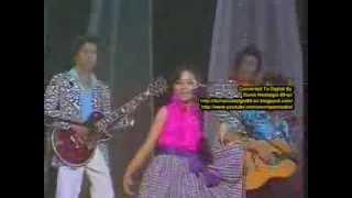 Chicha Koeswoyo bernyanyi