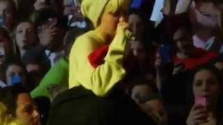 miley cyrus crying on stage dog floyd 4 2 2014