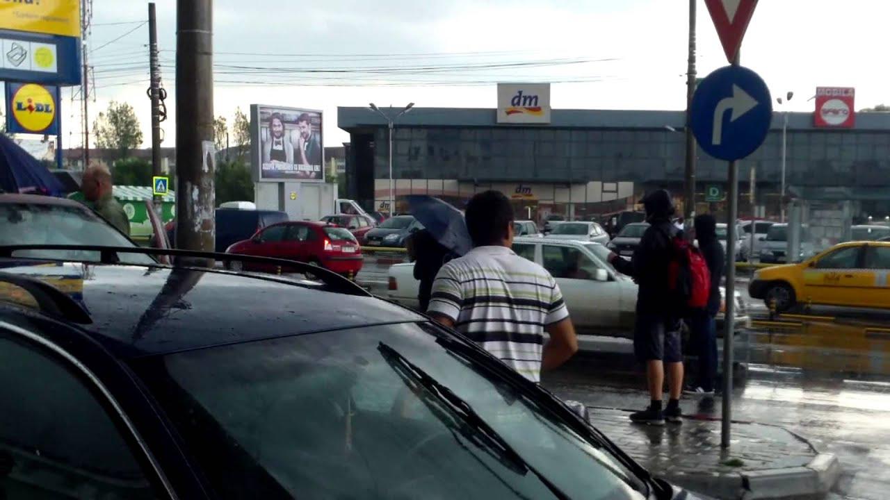 Fany ne-a scos la autostop chiar și pe ploaie torențială