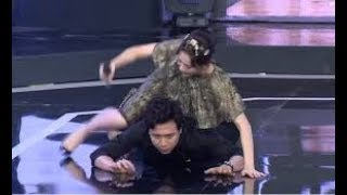 Hari Won ngồi lên lưng khiến Trấn Thành ngã sấp xuống sân khấu
