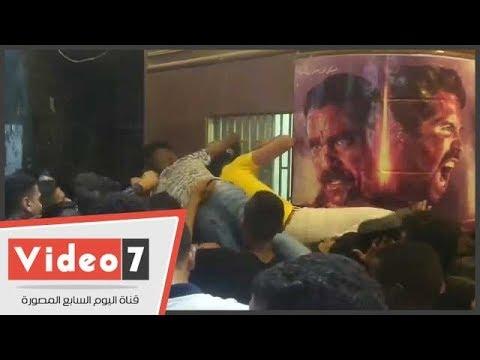 على طريقة رامز جلال فى فيلم الباشا تلميذ.. شاب يتسلق فوق رؤوس الآخرين لحجز تذكرة سينما  - 23:21-2018 / 6 / 15