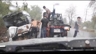 วัยโจ๋ของจริง!!! รถชายชราติดหล่มกลางสายฝน ก่อนมีกลุ่มวัยรุ่นเดิ่นฝ่าฝนมาช่วย