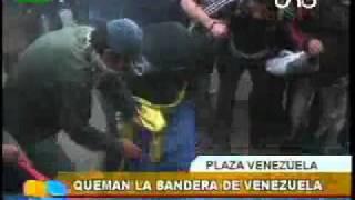 Manifestantes queman la bandera de Venezuela en La Paz   eju tv   Mozilla Firefox