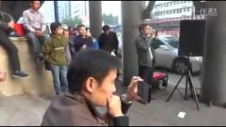 Repeat youtube video 《偏偏喜欢你》街边卖唱男子天籁歌喉秒杀《中国好声音》