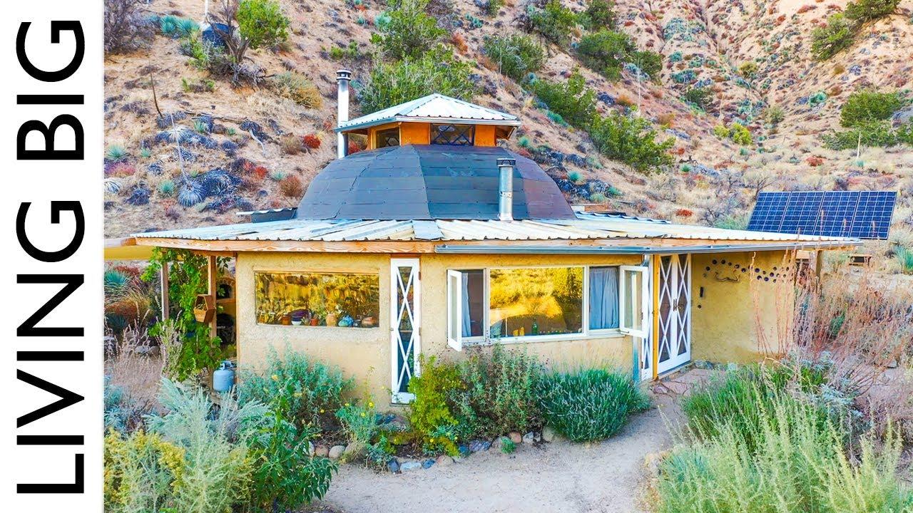 קהילת קואייל (Quail = ציפור השליו) בת 13 שנה מתגוררת בבתים עשויים בנייה טבעית אי שם במדבר קליפורניה