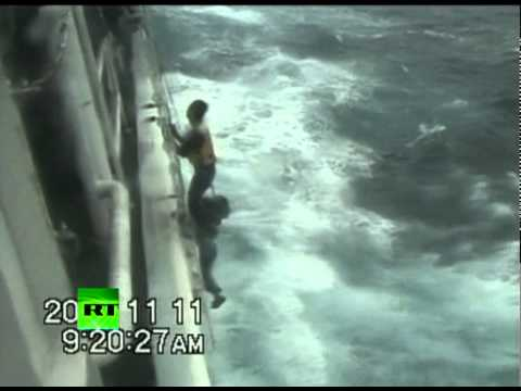 Dramatic footage: Japan coast guards rescue Chinese sailors