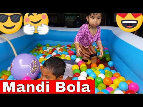 surprise in the children's pool - bath balls with my sister - the children's world