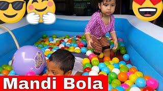 kejutan di dalam kolam renang anak - mandi bola bersama kakak - dunia anak