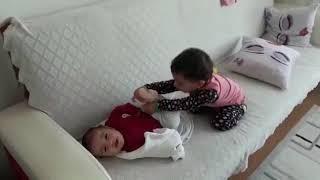 Kardeşiyle oynayan bebek güldüren bebek videoları