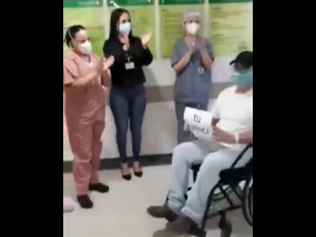 Paciente recuperado de Covid-19 comemora ao deixar Hospital Unimed em Volta Redonda