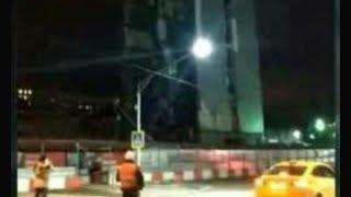 Смотреть видео В Москве при сносе бизнес-центр рухнул на дорогу на глазах у прохожих. Никто не пострадал онлайн