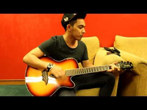 QQXOIX playing gitar