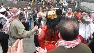 لاجئون سوريون يشاركون في احتفالات كرنفال كولونيا بعروض من الفلكلور المحلي