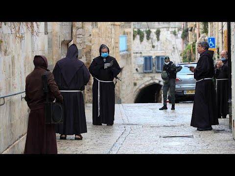 شاهد:الرهبان الفرنسيسكان يؤدون الصلاة في البلدة القديمة في القدس…