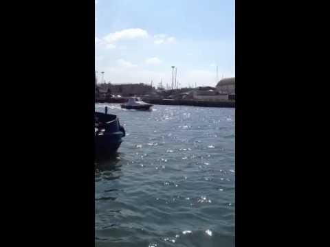 Pilota esce dal porto di fiumicino