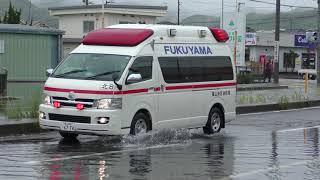 救急車の為にパイロンを蹴ってどかす警察官と冠水した道路を緊急走行する救急車