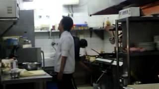 kaka ade maen di dapur