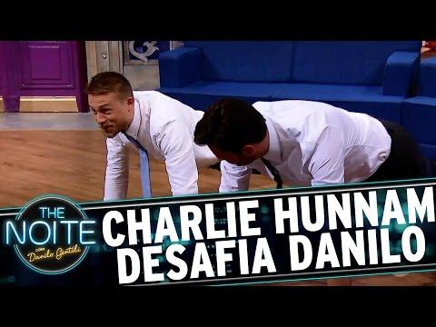 Charlie Hunnam faz desafio de flexões com Danilo Gentili | The Noite (15/05/17)